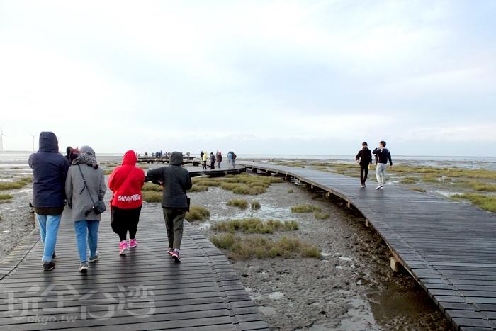 寬長的木棧道朝著前方大海延伸/玩全台灣旅遊網特約記者阿辰攝