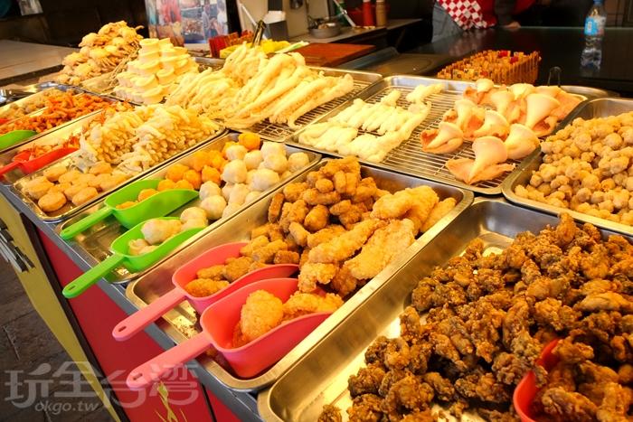 攤位前的海鮮炸物種類滿豐富的,食材確實很新鮮,採秤重算錢的方式,想吃多少就夾多少。/玩全台灣旅遊網特約記者阿辰攝