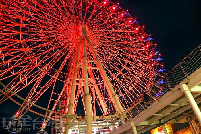進入夜晚後的摩天輪會有許多種燈光顏色變化,超美的!可說是為台中多一個欣賞夜景的好去處。/玩全台灣旅遊網特約記者阿辰攝