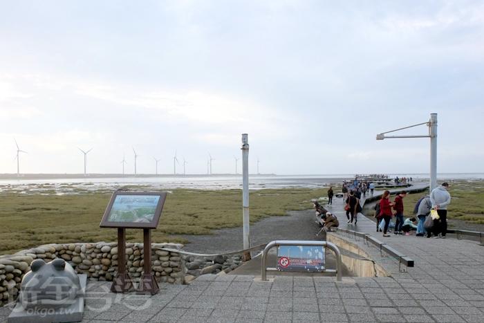 從101年起在永續利用區內規劃出高美野生動物保護區棧道設施供遊客行走。/玩全台灣旅遊網特約記者阿辰攝