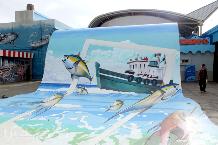 要進魚貨直銷中心的入口前有幾幅大型彩繪吸引大家停下腳步拍照。/玩全台灣旅遊網特約記者阿辰攝