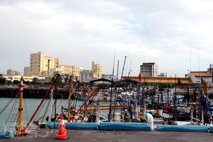 走出戶外便能看見漁港,港邊停靠許多船隻,數量多到一時半刻數不完。/玩全台灣旅遊網特約記者阿辰攝