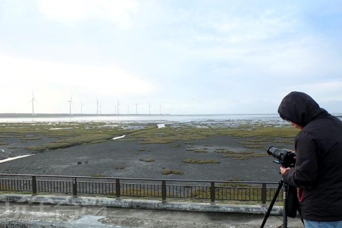 沿著高美濕地周圍走道而行,會有許多專業的攝影人士在此取角度拍照喔。/玩全台灣旅遊網特約記者阿辰攝