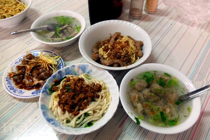 乾麵、肉絲麵、餛飩湯、粉腸湯、肉圓仔、粉腸切料都是店內人氣品項。/玩全台灣旅遊網特約記者阿辰攝