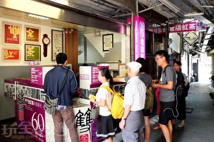 往中正路131巷小路裡走進去,就能發現頂著紫紅色招牌外觀的突兀小店面。/玩全台灣旅遊網特約記者阿辰攝