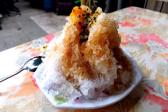 """除了季節限定的芒果冰之外,招牌水果冰也讓大家搶破頭,來看看!好高聳的一座""""挫冰山"""",份量一個人吃也太飽,兩個人平分其實會比較剛好。/玩全台灣旅遊網特約記者阿辰攝"""
