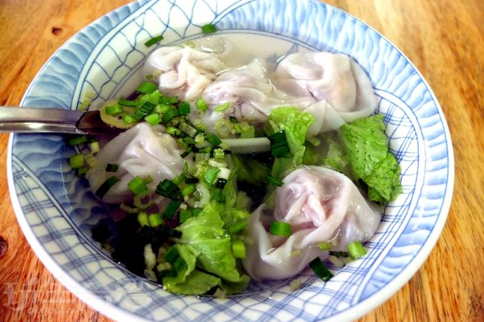 蝦仁扁食湯裡的扁食顆顆紮實飽滿,吃得出肉餡的甘甜與蝦仁的鮮度。/玩全台灣旅遊網特約記者阿辰攝