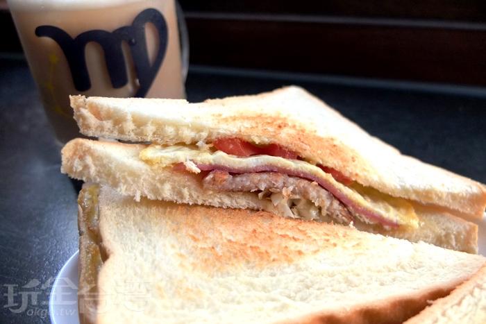 自製現煎漢堡肉就是吸引眾多顧客的美味關鍵,還有蛋黃醬也都是自己做的,兩片吐司間夾著番茄、煎蛋、火腿、漢堡肉、高麗菜絲/玩全台灣旅遊網特約記者阿辰攝