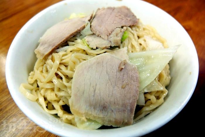 乾意麵因加了現炸豬油和油蔥酥顯得十分油香,麵條軟Q,拌一拌底層的湯汁讓麵條更入味。/玩全台灣旅遊網特約記者阿辰攝