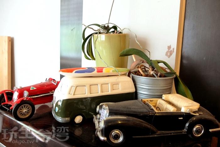 木造桌椅、書櫃,舊式器具小物、模型裝飾其中。/玩全台灣旅遊網特約記者阿辰攝