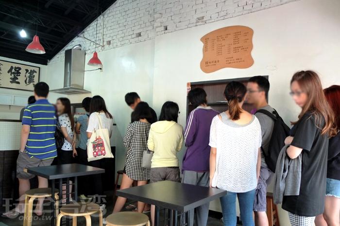 這間位於巷仔內的小店面「哈利速食」在台南地區遠近馳名/玩全台灣旅遊網特約記者阿辰攝