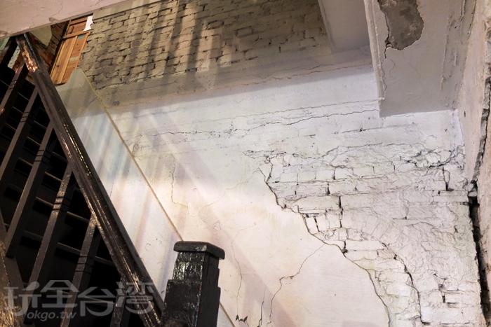磚塊裸露的牆身,斑駁掉漆的牆面,充分凸顯其歷史韻味。/玩全台灣旅遊網特約記者阿辰攝