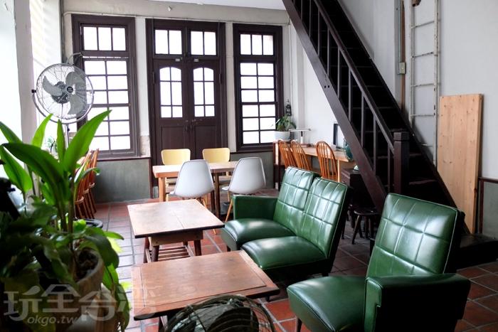 二樓古色古香的裝潢擺設呈現於眼前,採光明亮的小空間,有許多老物件裝飾,和老建築毫無違和感。/玩全台灣旅遊網特約記者阿辰攝