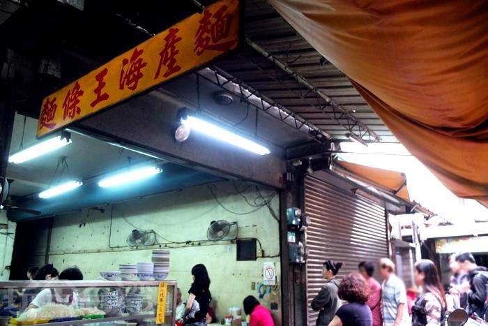 透過美食節目「食尚玩家」報路,這間市場裡的隱藏版麵店才得以曝光/玩全台灣旅遊網特約記者阿辰攝