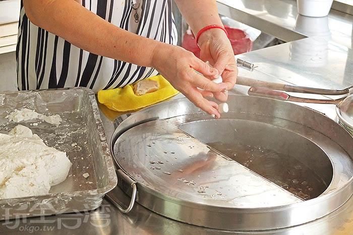 手工捏出每一顆圓仔,丟入鍋中現煮,品質有口皆碑。/玩全台灣旅遊網特約記者阿辰攝