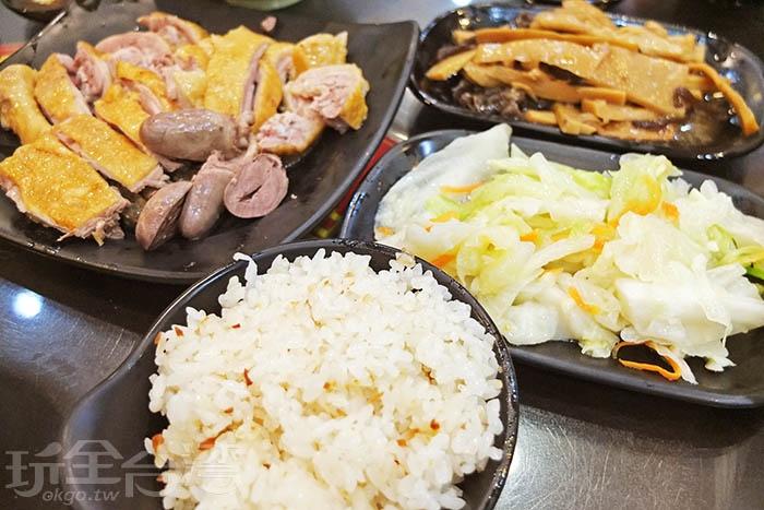 點碗招牌飯和鴨肉、鴨心,再搭配幾樣配菜/玩全台灣旅遊網特約記者阿辰攝