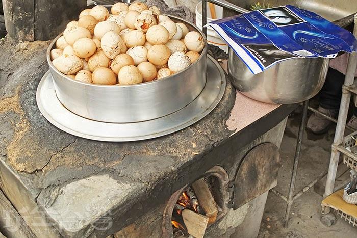 茶葉蛋沒有期待中柴燒香氣那麼濃,但價格便宜而口感又好,吃了會想再回訪。/玩全台灣旅遊網特約記者阿辰攝