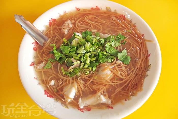 從1970年開業至今,賣的就只有麵線糊這一樣古早味小吃,甘甜料多,夏天來吃很開胃。/玩全台灣旅遊網特約記者阿辰攝