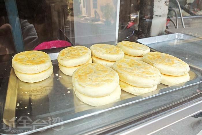 會爆漿的牛舌餅一賣長紅30多年,是在地下午茶時間的人氣小點心。/玩全台灣旅遊網特約記者阿辰攝