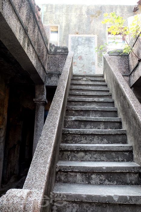 保留斑駁滄桑的階梯是通往二樓的唯一方式。/玩全台灣旅遊網特約記者阿辰攝
