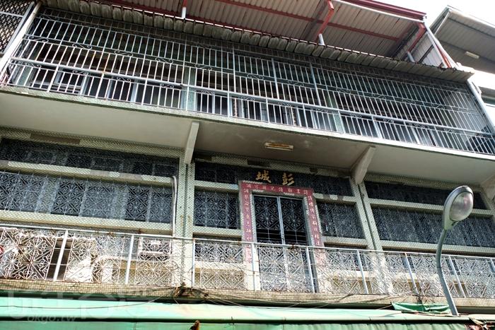 日治時期到現在仍保存良好的水泥樓房述說著早年的風采韻味。/玩全台灣旅遊網特約記者阿辰攝