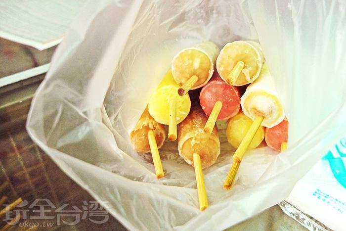 榮豐冰棒城」物美價廉,尤其冰棒裡頭的配料豐富,口口都是驚喜。/玩全台灣旅遊網特約記者阿辰攝