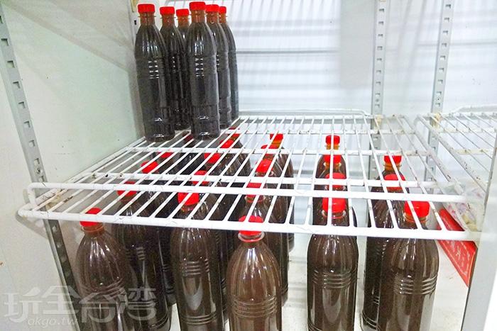 一瓶瓶青草茶與養生茶就冰在店門口設置的冰箱裡/玩全台灣旅遊網特約記者阿辰攝
