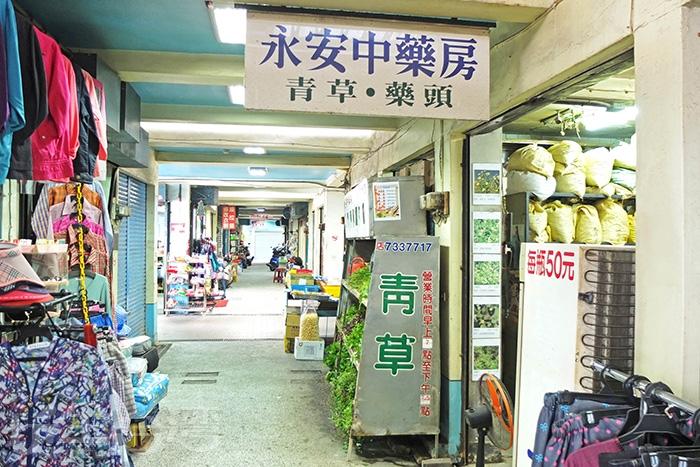 店內店外放滿新鮮青草和一包又一包的乾燥中草藥材,靠近店面就能聞到空氣中那股清清淡淡的青草香。/玩全台灣旅遊網特約記者阿辰攝