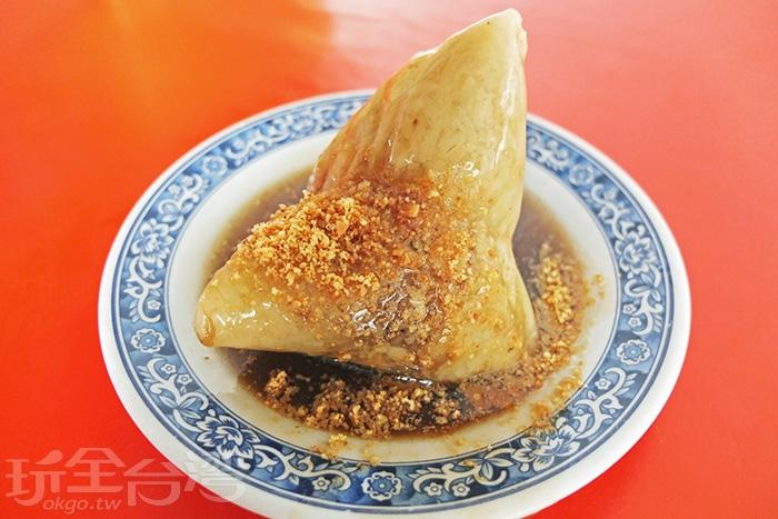 店裡的招牌肉粽當然要吃!米粒又Q又香綿,口感恰恰好,不會太油膩,內餡也夠入味。/玩全台灣旅遊網特約記者阿辰攝