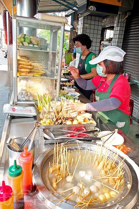 幾支黑輪、米血、丸子全吃下肚,好不叫人感到滿意啊!/玩全台灣旅遊網特約記者阿辰攝
