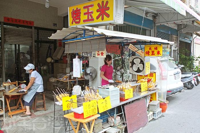 擁有高人氣的烤玉米攤位在重慶路上相當醒目,距離屏東火車站不遠,歡迎來試試。/玩全台灣旅遊網特約記者阿辰攝