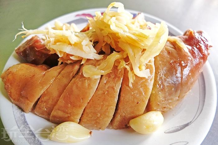 從側邊看看大腸腸身是不是很厚!?而且超大一塊,有了酸菜、薑片和蒜頭搭配起來讓大腸香腸不再單調。/玩全台灣旅遊網特約記者阿辰攝