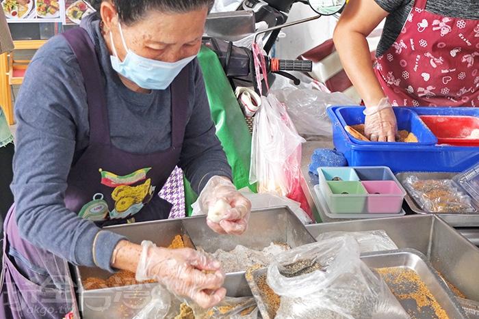 曾因報導麻糬阿嬤抗癌賣麻糬的新聞而聲名大噪,但在媒體採訪以前,早已是人人熟知的小攤。/玩全台灣旅遊網特約記者阿辰攝