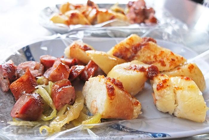 糯米大腸配沙茶醬,酒釀香腸配偏甜的酸菜絕對是「大埔財」最獨到的吃法。/玩全台灣旅遊網特約記者阿辰攝