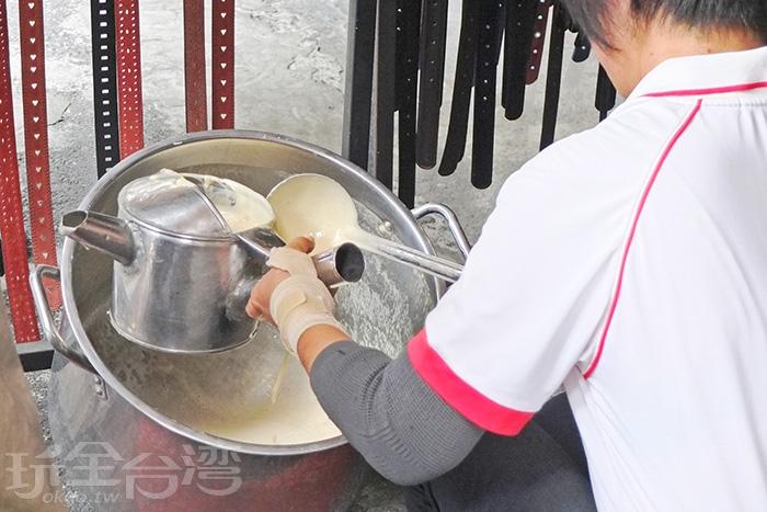 每逢假日會看見涂老闆的太太在市場圓環另一頭開賣,也算屏東市內行老饕都知道的假日限定美食。/玩全台灣旅遊網特約記者阿辰攝