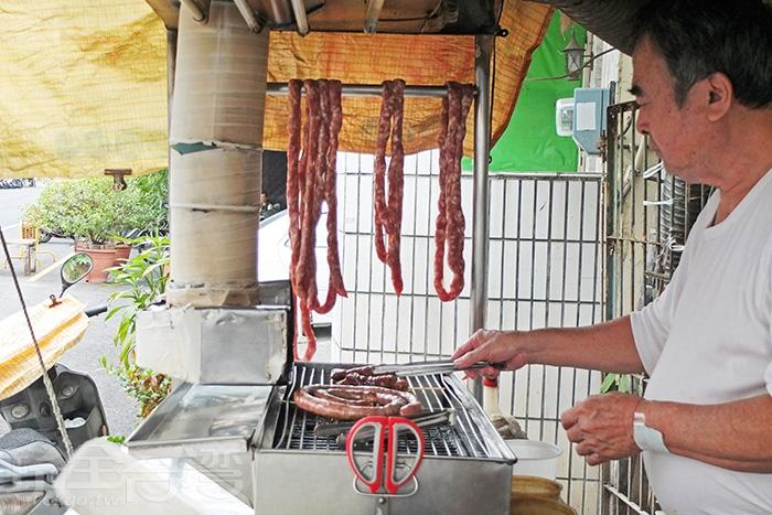 掛在烤台旁的香腸形狀不一,一看就知道都是手工做的。/玩全台灣旅遊網特約記者阿辰攝
