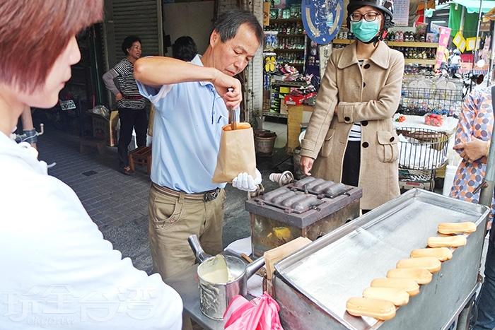 老闆熟練的翻烤著雞蛋糕/玩全台灣旅遊網特約記者阿辰攝