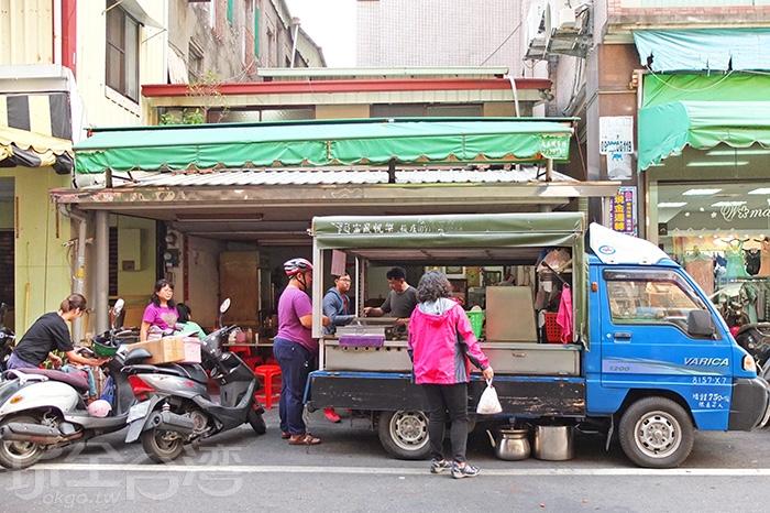 下午進入市區福建路這條小街道中,就能發現這台裡裡外外都有人潮的藍色發財車。/玩全台灣旅遊網特約記者阿辰攝