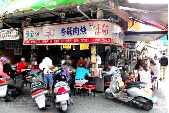餐臺上擺滿豐盛的小吃料理,是屏東民族路觀光夜市裡最熟悉的美味風景。/玩全台灣旅遊網特約記者阿辰攝
