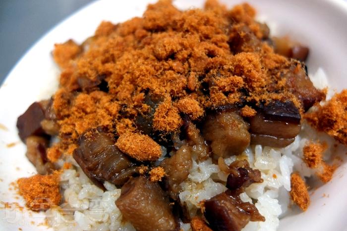 以肥肉燥丁滷製,肥而不膩,搭配肉鬆點綴,深深打動每位晚睡的饕客。/玩全台灣旅遊網特約記者阿辰攝