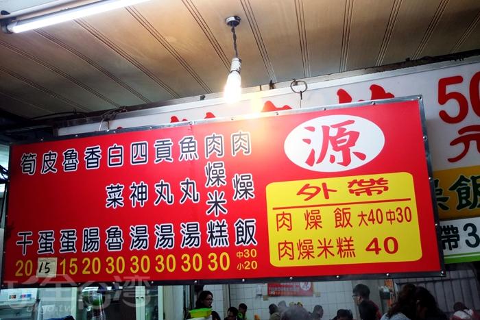 若晚上十二點多還在屏東夜市裡走動,就能目睹店家掛起另一塊招牌的畫面喔!/玩全台灣旅遊網特約記者阿辰攝