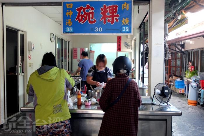 經營超過70年的老味道,小小的店面作風低調,卻是內行老饕指名屏東夜市必吃的傳統美食。/玩全台灣旅遊網特約記者阿辰攝