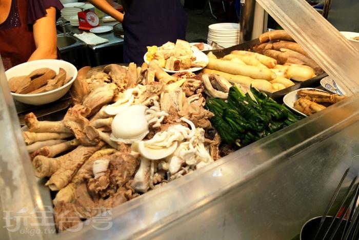 堆疊在檯面上的切料琳瑯滿目,常見的切料品項這裡通通有。/玩全台灣旅遊網特約記者阿辰攝