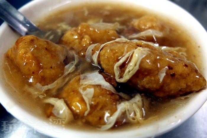 細嫩香軟的土魠魚新鮮味美,酥皮帶有厚度,泡在羹湯裡,口感濕潤也好吃!/玩全台灣旅遊網特約記者阿辰攝