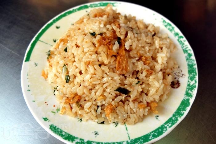 炒飯炒得粒粒分明,呈現金黃油亮色澤,簡單基本的調味,相當乾爽不油膩。/玩全台灣旅遊網特約記者阿辰攝