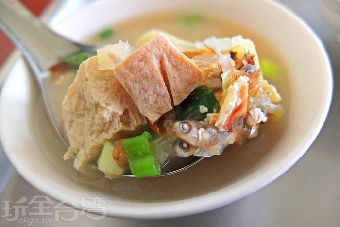 味噌湯放了小豆腐、小魚乾、高麗菜、青蔥等配料,湯頭清甜爽口。/玩全台灣旅遊網特約記者阿辰攝