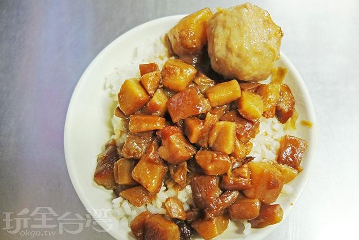 帶皮的肥嫩肉燥淋上白飯,滷汁濃郁入味不會死鹹,每口都有滿滿的膠質。/玩全台灣旅遊網特約記者阿辰攝