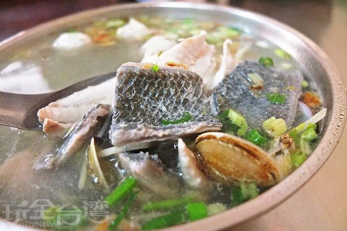 湯內有當日新鮮處理的虱目魚肉、魚丸、魚皮、蛤蜊,整碗湯料多大份量!/玩全台灣旅遊網特約記者阿辰攝