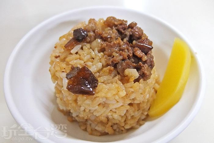 又Q又軟彈的米飯均勻拌一拌滷肉燥與醬汁十足提味/玩全台灣旅遊網特約記者阿辰攝