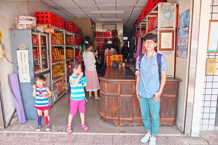「吳萬春香鋪」依然堅持以古法手工製香,代代相傳至今走過了百年之久/玩全台灣旅遊網特約記者阿辰攝